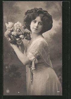 old postcard: Foto-AK NPG NR 1971: Frau mit einem Strauß Rosen in der Hand
