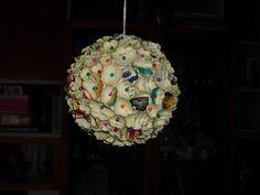 Sfera in polistirolo decorata con fiori di carta