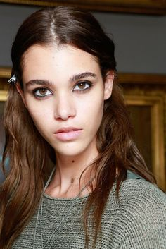The Best Beauty Looks From London Fashion Week S/S Jonathan Saunders. Pale Lips, Jonathan Saunders, Beauty Magazine, Natural Glow, Pretty Face, Beauty Women, London Fashion, Hair Inspiration, Makeup Looks