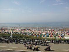 een drukke zomerse dag en iedereen met de fiets
