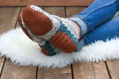 Sunday Slippers Crochet pattern by Jess Coppom, known as Make and Do Crew! Find this adorable slipper pattern and more crochet inspiration at LoveCrochet. Modern Crochet, Easy Crochet, Crochet Baby, Free Crochet, Knit Crochet, Chrochet, Crochet Slipper Pattern, Crochet Shoes, Crochet Slippers