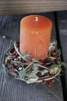Herbstlich ausgarnierte Kerzen sind aktuell Flora, Pillar Candles, Fall Decor, Autumn, Tobias, Halloween, Partner, Flowers On Line, Natural Materials
