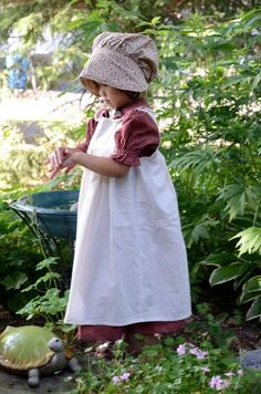 Girls Pioneer Dress with Bonnet and Pinafore Pioneer Girl, Pioneer Trek, Pioneer Costume, Pioneer Clothing, Period Outfit, Apron Dress, Mode Vintage, Girl Costumes, Sewing For Kids