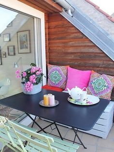 I love the pillows in this outdoor space. Via Design Sponge. Outdoor Rooms, Outdoor Living, Outdoor Decor, Outdoor Seating, Rooftop Terrace Design, Rooftop Patio, Interior Exterior, Apartment Living, Cozy Apartment