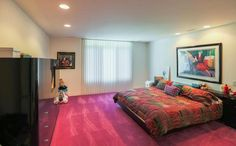 With its bright color scheme and bold patterns, this time capsule house featuring the best of interior design is bound to make you nostalgic. Retro Interior Design, Retro Home Decor, Colorful Decor, Home And Living, Interior Decorating, Honeymoons, Early 2000s, Realtor Listings, 1990s Style