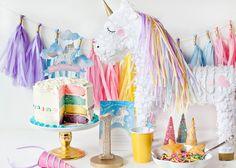 Ideas para decorar una fiesta infantil de unicornios. Los unicornios son unos animales mitológicos que han saltado de las páginas de los libros a la televisión, el cine, la decoración y la comida. Estamos rodeados por alternativas para disfrutar con estos animales mágicos con cuerpo de caballo blanco y un cuerno en su frente. Si tú o tus hijos habéis sucumbido al irresistible encanto de estos seres no dejes de leer nuestra recopilación de ideas para decorar una fiesta infantil de unicornios.