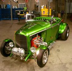 1932 Ford Roadster built one just like this with my grandpa but a 33' and it's Volkswagen green it's a slick car