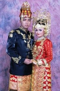 """1. Traditional Clothing of  Aceh Province  Traditional clothing of Indonesia from Aceh province called """"Ulee Balang"""". Clothes are usually used by the king and his family."""
