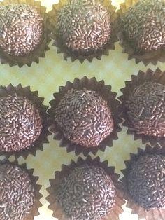 Brigadeiros tradicionais de chocolate belga de leite com granulado de chocolate