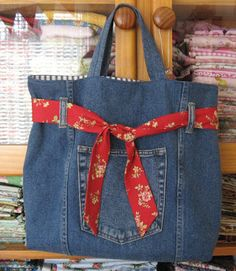 A Thing for Sewing: SOME SEWING It's made from old jeans, and lined with tickingNot a lot of sewing happening here at the moment. I did manage to finish this bag though. It& made from old jeans, and lined with ticking. Jean Crafts, Denim Crafts, Sacs Tote Bags, Diy Sac, Denim Purse, Denim Bags From Jeans, Mk Purse, Torn Jeans, Denim Ideas
