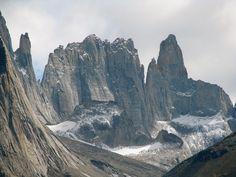 """Die Steilwände der """"Torres"""" sind Traum aller Bergsteiger. Lizenzen werden eingeschränkt vergeben, seit Bergsteiger in der Wand hängend, tot geborgen wurden. Kondore hatten bereits ihren Hunger an ihnen gestillt (Torres del Paine 2011)"""