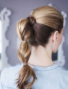 La ponytail à plusieurs niveaux Elle donne tout de suite plus d'allure à notre queue-de-cheval classique. Le petit plus : cacher son élastique avec une mèche de cheveux.