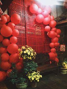 tết Plus Size plus size capris Chinese Wedding Decor, Oriental Wedding, Chinese New Year Decorations, New Years Decorations, Wedding Decorations, Chinese Theme Parties, Shanghai Night, Umbrella Decorations, Japanese Party