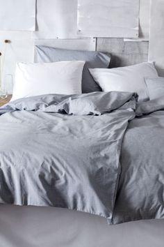 Bettwäsche aus Chambray: Einzelbettwäsche aus feinfädigem, dicht gewebtem Baumwollchambray. Der Bettbezug wird unten mit verdeckten Metalldruckknöpfen geschlossen. Ein Kopfkissenbezug. 40s-Garn. Fadendichte 190.