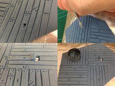 Hola de nuevo, continuando con los tutoriales con masillas de horno, hoy veremos cómo conseguir un efecto madera muy chulo para peanas y escenografías. No me dilato más, como ya explique en el tutorial anterior, vamos a preparar una superficie de trabajo para ir empezando las peanas. Alisamos un poco de masilla sobre la bandeja …