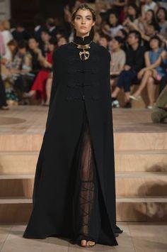 VALENTINO 2015-16年秋冬オートクチュールコレクション   パリ Hijab Fashion, Runway Fashion, Fashion Show, Fashion Outfits, Fashion Design, Fashion Weeks, Paris Fashion, Women's Fashion, Vogue Paris