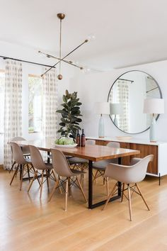 Perfect Minimalist Dining Room Table Idea - Home Decor Interior Dining Room Sets, Dining Room Design, Dining Room Table, Dining Chairs, Curtains For Dining Room, Mirrors In Dining Room, Room Chairs, Dining Table Lighting, Dining Decor