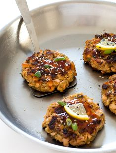 Thai Salmon Cakes made with fresh salmon, sweet thai chili sauce, ginger and fish sauce! Canned Salmon Recipes, Seafood Recipes, Keto Recipes, Asian Salmon, Salmon Patties Recipe, Thai Sweet Chili Sauce, Smoking Recipes, Salmon Cakes, Fish Sauce