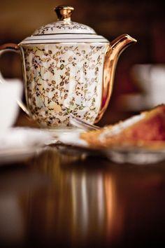 Brown and white autumn cottage Autumn Tea, Autumn Home, Autumn Harvest, Chocolate Pots, Chocolate Coffee, Coffee Time, Tea Time, Teapots And Cups, High Tea