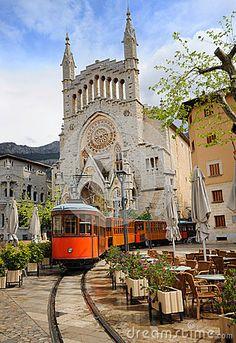 Alte Tram vor der Kathedrale von Soller, Mallorca, Spanien