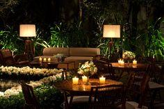 decoração mesas: um arranjo com copinhos e pequenas velas