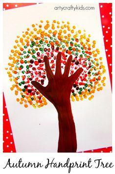 Baum, gestaltet mit Wattestäbchen - Tupfen und Handabdruck.
