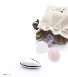 Du bien-être dans la carafe d'eau ! Enrichissez l'eau que vous buvez : l'élément en acier surfin inoxydable muni d'un aimant transmet sa puissance magnétique à votre boisson ! Accompagné d'une améthyste, de cristal de roche et de quartz rose, l'ensemble possède un aspect magique, tout simplement !  N° article: 3064-1