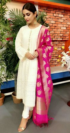 What kind of outfit to wea. Pakistani Dress Design, Pakistani Outfits, Indian Outfits, Indian Dresses, Pakistani Party Wear, Indian Attire, Indian Ethnic Wear, Stylish Dresses, Fashion Dresses