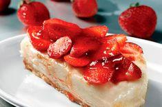Simple rustic strawberry cake (very easy to make and delicious! Strawberry Bars, Strawberry Desserts, Strawberry Shortcake, Greek Desserts, No Bake Desserts, Dessert Recipes, Healthy Sweet Treats, Yummy Treats, Dessert Bars