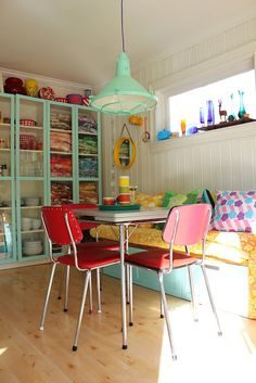 Colourful #DinerStyle kitchen / dining area with industrial pendant