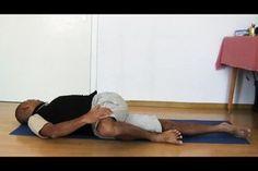 Blockaden des Iliosakralgelenks äußern sich mit starken Schmerzen und Bewegungseinschränkungen. Diese Übungen helfen, die Blockade zu lösen.