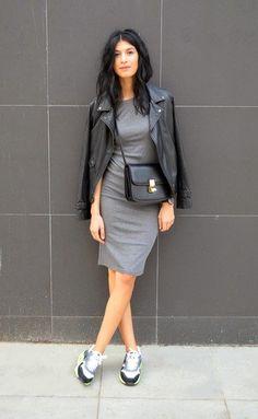 Look de moda: Chaqueta Motera de Cuero Negra, Vestido Ajustado Gris, Deportivas Grises, Bolso Bandolera de Cuero Negro