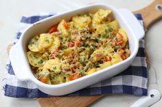 Op zoek naar een simpel recept voor doordeweeks? Maak dan deze aardappelovenschotel met onder andere prei en spekjes. Serveer er nog een frisse salade bij en klaar is kees! Je kunt deze ovenschotel oo