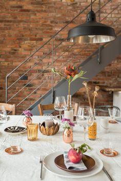 Herbst auf dem Tisch#einrichtung #interior #deko #dekoration #decoration #wohnen #living #tischdeko #herbst #esszimmer #diningroom #vase #messing #kupfer Foto: Leelah