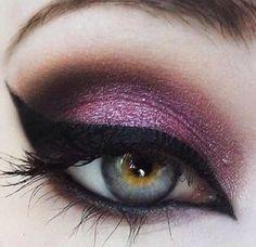 Pinup Beauty: this is gorgeous eye makeup with purple eyeshadow and catseye eyeliner. by estrellitaazulJ Love Makeup, Makeup Tips, Beauty Makeup, Sexy Makeup, Stunning Makeup, Makeup Style, Beauty Style, Makeup Tutorials, Makeup Trends