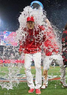大谷は試合後のインタビュー中に氷水を浴びせられ、びっくり。すっかりチームに溶け込んできた(共同)