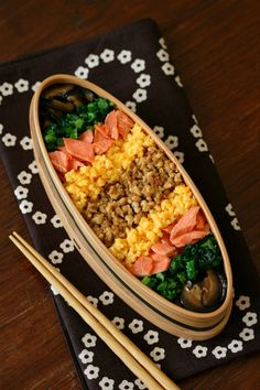Japanese Rice Bento with toppings (salmon, egg, roasted tofu, shiitake mushroom, greens) Japanese Bento Lunch Box, Bento Box Lunch, Japanese Food, Cute Food, Yummy Food, Work Lunch Box, Bento Recipes, Exotic Food, Perfect Food