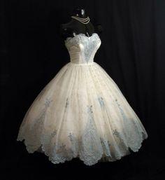 theglade-escape:thingsica-n:n1n3t41ls:1950's dresses i'd wear them  Same