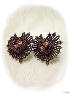 Orecchini a chiodo realizzati in tessitura ad ago di perline e delica in due tonalità di viola, cabochon Swarovski 14mm Antique Pink, base in