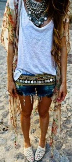 Boho chic crochet espadrilles with gypsy coin belt and chunky layered necklaces for a festival modern hippie look Boho Hippie, Style Hippie Chic, Hippie Look, Bohemian Mode, Gypsy Style, Boho Style, Boho Gypsy, Boho Chic, Gypsy Chic