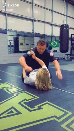 Self Defense Moves, Self Defense Martial Arts, Martial Arts Techniques, Self Defense Techniques, Martial Arts Workout, Martial Arts Training, Jiu Jitsu Moves, Jiu Jitsu Videos, Jiu Jitsu Training
