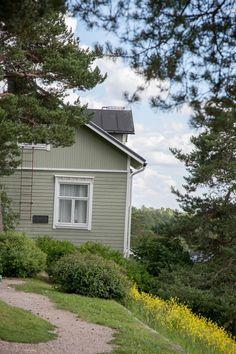 Käsintehtyä ja kaunista: Mailman ainoo Pispala House Landscape, Viria, Garage Doors, Cabin, House Styles, Outdoor Decor, Home Decor, Museum, Decoration Home