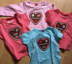 T-Shirt mit LEBKUCHENHERZ für BABY'S Das Herz wird hier hochwertig direkt auf das Baumwoll T-Shirt gestickt und ist dadurch sehr weich. Tolles Geschenk für alle Liebhaber der Lebkuchenherzen. Da bist du der HINGUCKER auf jedem Fest, im Kindergarten und auf der Kirmes. Es gibt noch viele andere Sprüche im Shop. Viel spass bei stöbern.