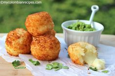 Bolitas de yuca rellenas de queso 1 pound frozen or fresh yuca, peeled 2 beaten eggs cup bread crumbs pound mozzarella cheese, cubed Vegetable oil for frying Guacamole for serving Colombian Dishes, Colombian Food, Colombian Recipes, Yummy Appetizers, Appetizers For Party, Appetizer Recipes, Yuca Recipes, Cooking Recipes, Puerto Rico Food