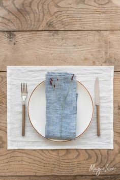 No matter how big or small the meal may be, something beautiful on the table makes it a little more special. Elevate your tablescape with a set of linen napkins! Linen Placemats, Linen Tablecloth, Linen Napkins, Cloth Napkins, Napkins Set, Tablecloths, Table Linens, Foto Still, Table Accessories