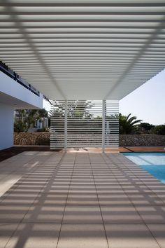 Al ser una casa de verano, la idea principal es, no sólo crear los espacios interiores de la propia casa, sino distribuir todo el espacio exterior. Los espacios interiores buscan una buena relación con el exterior, colonizando sus alrededores y sus...