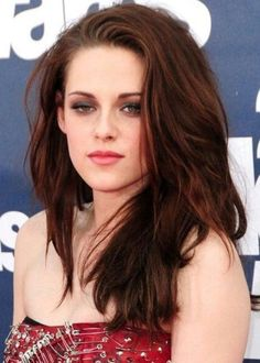 Reddish brown Kirsten Stewart looks sultry and sexy with her wild mane of reddish brown hair. This rich and fiery hair color is particularly striking with pale complexions, and it looks phenomenal with green eyes. Keep your undertones a deep red to avoid brash bright red streaks.