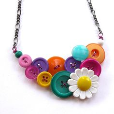 Colorful Daisy Necklace Bright Button Jewelry by buttonsoupjewelry Daisy Necklace, Button Necklace, Button Jewellery, Diy Buttons, Vintage Buttons, Vintage Rhinestone, Cool Necklaces, Beautiful Necklaces, Diy Fashion Scarf
