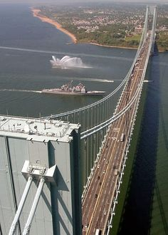 Le pont Verrazano-Narrows, dans l'état de New York, est un pont suspendu à deux étages qui relie les quartiers de Staten Island et Brooklyn à New York . Il a une portée centrale de 4260 pieds (1298 m) et a été le plus long pont suspendu au monde au moment de son achèvement en 1964. The Verrazano-Narrows Bridge in New York, is a suspension bridge that connects the two floors neighborhoods of Staten Island and Brooklyn in New York. It has a central span of 4260 feet (1298 m) and was the…