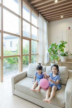 2階のソファでくつろぐ小川家の小さな姉妹。